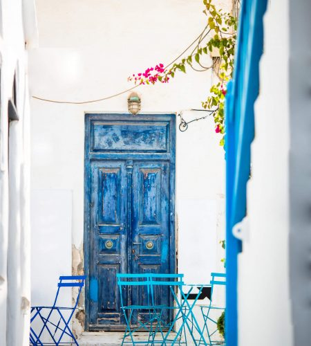 outdoor-cafe-on-a-street-of-typical-greek-traditio-8D5G9PZ (1)